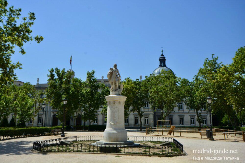 Площадь Вилья де Парис (Plaza de la Villa de París)